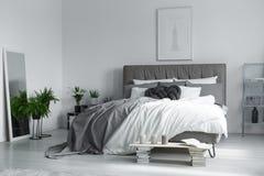 Elegant inre av sovrummet arkivbild