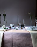 elegant inställningstabell Jul romantisk matställe - bordduken, bestick, undersöker, blommor, knoppar Royaltyfri Fotografi