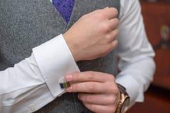 Elegant jong Kaukasisch mannetje die wit elegant overhemd, grijs vest en purpere band dragen, die zich omhoog voor een formele ge royalty-vrije stock fotografie