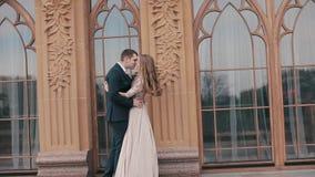 Elegant jong paar dichtbij grote mooie vensters van het kasteel stock videobeelden