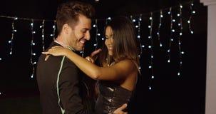 Elegant jong paar die bij nacht dansen stock footage