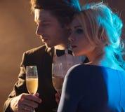 Elegant jong paar die een champagne drinken stock foto