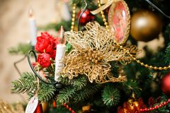 Elegant julgrangarnering i röda och guld- signaler Fotografering för Bildbyråer