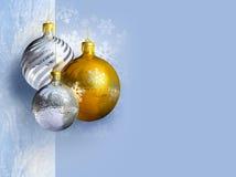 Elegant Kerstmisdecor met glanzende snuisterijen Royalty-vrije Stock Afbeeldingen