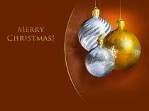Elegant Kerstmisdecor met glanzende snuisterijen Stock Afbeelding