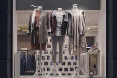 Elegant kläder på skyltdockor i shoppafönstret arkivbilder