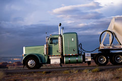 Elegant klassiek semi vrachtwagen zijaanzicht Stock Afbeeldingen