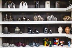 Elegant konstnärlig urna i utläggning arkivbilder