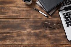 Elegant kontorsskrivbord med bärbara datorn Top beskådar arkivbilder