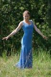 Elegant kvinna i blå klänning Royaltyfri Foto