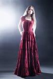 Elegant kvinna i lång klänningmodemodell royaltyfria bilder
