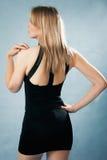 Elegant kvinna i svart klänning Arkivfoton