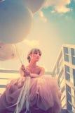 Elegant kvinna med baloons Royaltyfria Bilder