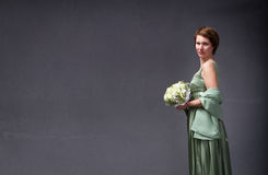 Elegant kvinna med buketten förestående arkivbilder