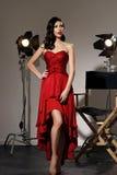 Elegant kvinna med den klassiska hollywood vågen royaltyfri foto