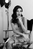 Elegant kvinna med den klassiska hollywood vågen royaltyfria foton
