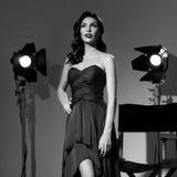 Elegant kvinna med den klassiska hollywood vågen royaltyfri bild