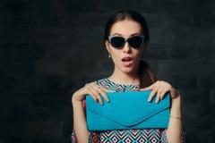 Elegant kvinna med den Retro Cat Eye Sunglasses och kopplinghandväskan Arkivfoton