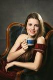 Elegant kvinna med koppen kaffe Fotografering för Bildbyråer