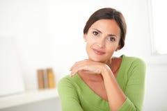Elegant kvinna med naturligt le för skönhet Fotografering för Bildbyråer