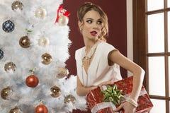 Elegant kvinna med xmas-gåva royaltyfria bilder