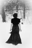 Elegant kvinna som går i snö Royaltyfria Foton