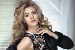 Elegant kvinna som poserar i studio fotografering för bildbyråer
