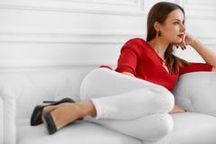 elegant kvinna Trendig härlig lyckad affärsdam Re Arkivbilder
