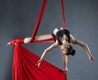 Elegant kvinnlig dans som poserar på flyg- silke Royaltyfri Foto