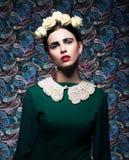 Elegant Lady i grön klänning och ro. Retro utforma arkivfoto