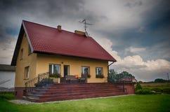 Elegant landshus i Polen på stormig dag Royaltyfri Bild