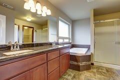 Elegant ledar- badrum med tegelplattagolvet arkivbild