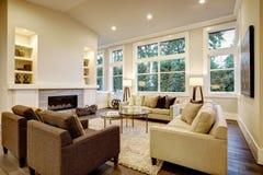 Elegant licht woonkamerontwerp met donkere vloeren royalty-vrije stock fotografie