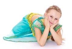 Elegant liten flicka i den orientaliska dräkten som ligger på Fotografering för Bildbyråer