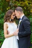 Elegant lockig brud och stilfull brudgum Royaltyfria Foton
