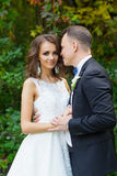 Elegant lockig brud och stilfull brudgum Royaltyfri Foto