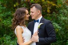 Elegant lockig brud och stilfull brudgum Arkivfoton