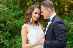 Elegant lockig brud och stilfull brudgum Royaltyfri Fotografi