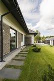 Elegant losgemaakt huis buiten met tuin stock afbeelding