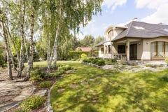 Elegant losgemaakt huis met groene tuin royalty-vrije stock afbeeldingen