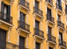 Elegant Madrid byggnadsfasad Arkivfoton
