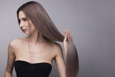 Elegant mager kvinna med starkt och långt purpurfärgat hår arkivfoton
