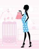 Elegant mamma-aan-ben in haar baby`s kinderdagverblijf Stock Foto
