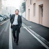 Elegant man för stilig hipster i staden arkivbild