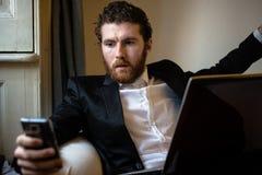 Elegant man för stilig hipster som använder bärbara datorn Arkivfoto