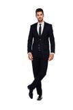 Elegant man i svart dräkt, på vit royaltyfri foto