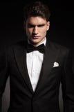 Elegant man som bär en svart tux royaltyfria bilder