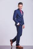 Elegant man som bort går whithhanden i fack Royaltyfri Bild