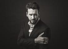 Elegant man som poserar med kall inställning arkivbilder