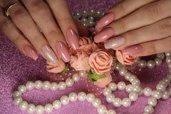 Elegant manikyrdesign i kräm- färg Royaltyfri Foto